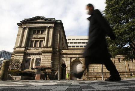 7月14日、日本国債の利回りが、量的質的金融緩和(QQE)のスタートした2013年4月ごろの水準に低下している。写真は日銀本店で2013年2月撮影(2014年 ロイター/Yuya Shino)